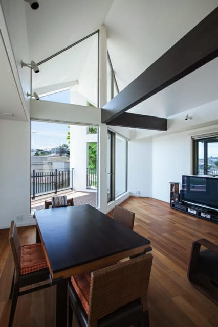 お手持ちの家具に合わせて梁に突板を施した。真っ白な空間を引き締めるポイントにもなっている。