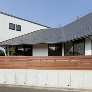 外観~南/特徴的な3つの片流れ屋根は、写真左(西)から右(東)に向かうにつれ勾配が急になっていく。家の奥に行くにつれ、徐々に『包まれる』濃度が高まるよう考えられている