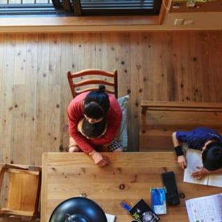 ロフトから見たリビング/吹き抜けに面して作られたリビングは、杉材の温かみを感じられる開放的な空間となっている