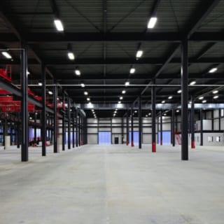 撮影:GEN INOUE  工場内部/内部はクレーンや塗装ラインなどの機械だけでなく、排気ダクトや配線配管の取り回しなどを考慮して設計