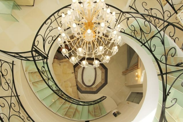 家の中心になっている、らせん階段を上からみたところ。階段の踏み板に描かれたバラの絵柄が良く分かる