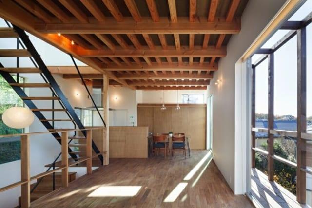 爽やかな陽光が降り注ぐ2階LDK。石膏ボードに自然塗装を施した壁にやわらかな光が照らされ、空間をやさしく包み込む