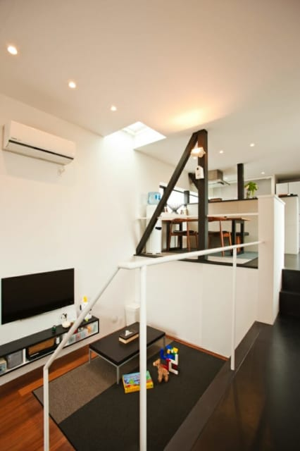 2階と中2階をスキップフロアで結ぶLDKは、家族の気配をゆるやかにつなぐ心地よい空間。2階部分に他の空間要素をいれず、LDKだけで構成する潔さがのびやかさを生んだ