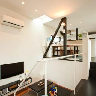 階と中2階をスキップフロアで結ぶLDKは、家族の気配をゆるやかにつなぐ心地よい空間。2階部分に他の空間要素をいれず、LDKだけで構成する潔さがのびやかさを生んだ