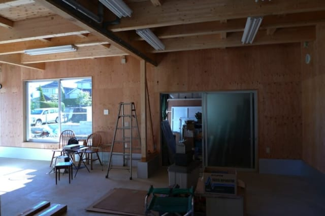 工事完了直後のアトリエ。奥に倉庫がある。大きな作品をつくるご主人にとって、1階の大きなアトリエは使い勝手も良い。