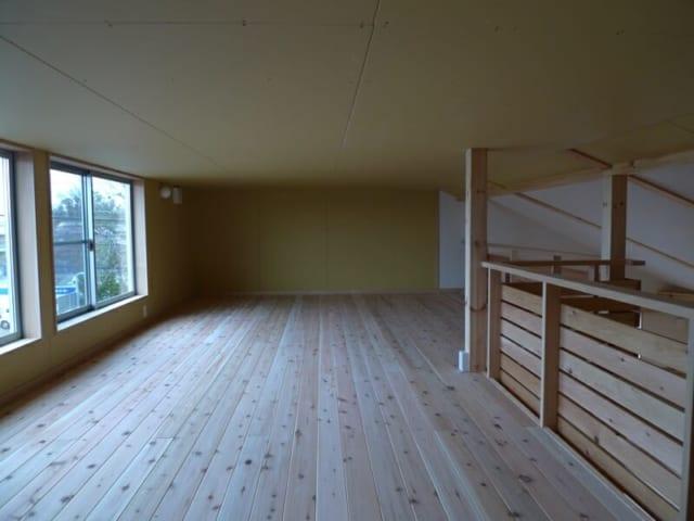 屋根裏につくったスペースには作品置き場としても、ちょっと寝転がるにもよいスペース