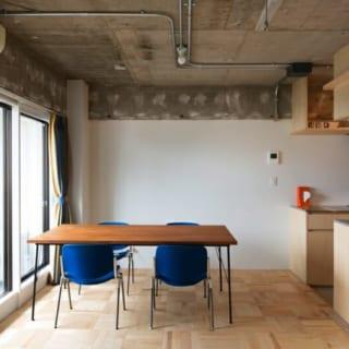おもてなしスペース/最低限の家具だけを配したシンプルな空間。テーブルは旦那様の手作りだそう