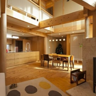 LDK/主に神奈川県産の檜を構造材に使ったLDK。土壁が自然に湿度を調節してくれるほか、輻射熱冷暖房を利用しているのでクーラーがなくても一年中快適に過ごすことができる