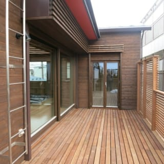 一番力を入れたウッドデッキ。アルミ製のハシゴで屋上に登ることができる。登れるように屋根もフラットな形の屋根にしてある。