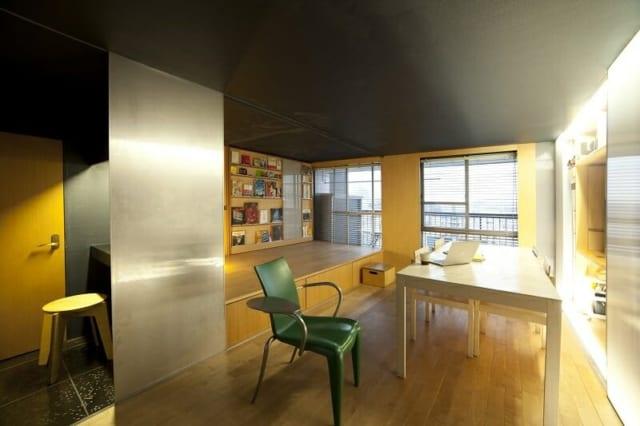 リノベーションした室内全景。可動本棚を小上がり奥に動かし、最も広い空間にした状態。横の広がりを感じさせるよう、壁面を白っぽく、天井を和色の青鈍色に塗っている