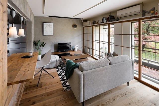 木製サッシの上部には棚を設置。上部にさまざまなアイテムを収納することで、下部が広く感じるようになる