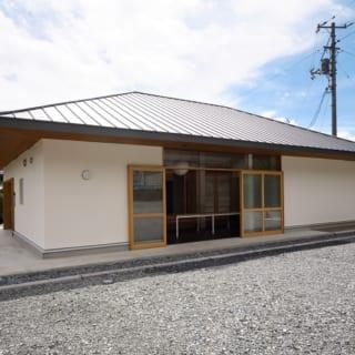【写真】屋根は外から見たときに、目につきやすい。周囲の家となじむよう道路側からは寄せ棟に見えるかたちにした。屋根のかけかたは室内の環境にも影響するため苦労したそう