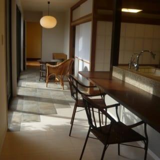 活用されていなかった日当たりの良い広縁部分をキッチン空間の一部に。ダイニング、リビング、客間など、多目的に利用できる空間にうまれかわった