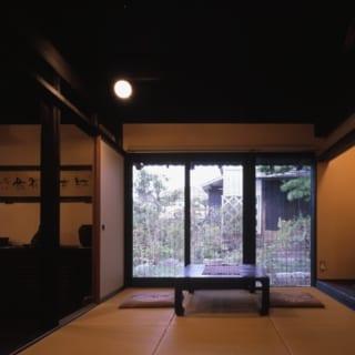 和室/リビング・ダイニングとひと続きの和室からは、古くから残る蔵が見える。伝統的なナマコ壁も取り入れられた蔵の存在が、和の庭の魅力をいちだんと際立てる