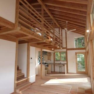 リビング~ダイニング/天井一面が吹き抜けになっているリビングダイニング。あえて構造材を見せた天井にはシーリングファンをつけた。空気を循環することで、家全体の室温ムラを軽減させる効果がある