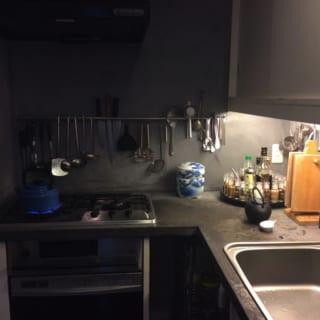 キッチン1/ガスコンロ上部とシンク上部にキッチンツールを引っかけることのできるバーを設置。あえて「見せる収納」とすることで、使いやすさを格段にアップさせた