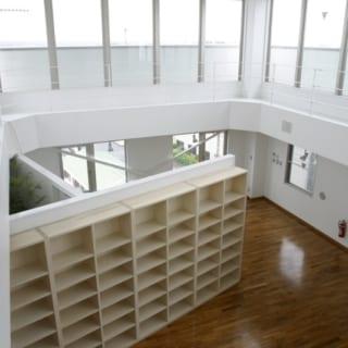 6階自宅 リビング/大空間のリビングスペースの天井は2フロア分ほどの高さがあり、上部はぐるりとガラスで囲ったスカイライト。暮らしの中で青空や雲の流れが視界に入り、屋内とは思えないほどの開放感