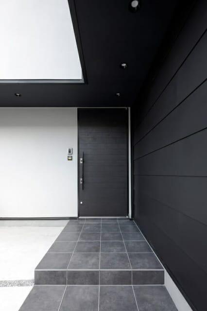 エントランスと玄関。敷設されたタイルは玄関ホールとLDKのそれと同様のもの。