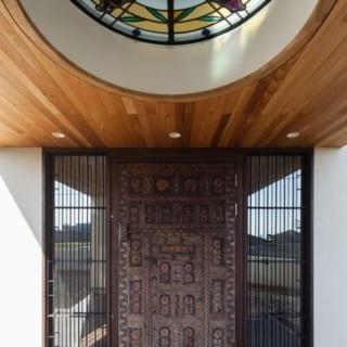 ステンドグラスを玄関ポーチから見上げるとこのように。正面の門もアーティストの作品。