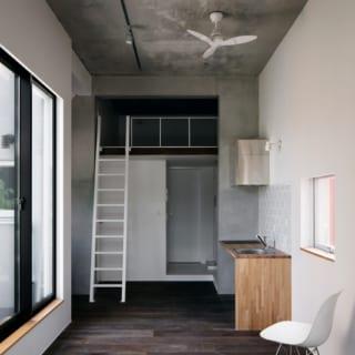 最上階の部屋。他の部屋より面積が小さいことや階段を上る負担を考えて、特別仕様に。キッチンの前に張ってあるタイルは「メトロ」。