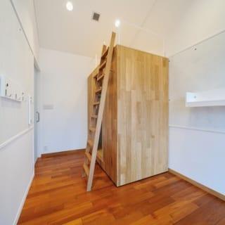 ウォーキングウォークインクローゼット。部屋のなかのレイアウトを変えられるように、クローゼット自体が動く。はしごを使ってクローゼットの上にものを置くことも。また左右の壁は、自由に棚やフックが付けられカスタマイズができる