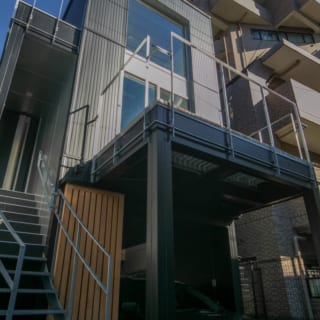 ガレージ横の階段が玄関へのアプローチ。1Fにガレージを作る場合は、上階の家を支えるため柱や二重壁などで土台を強化する