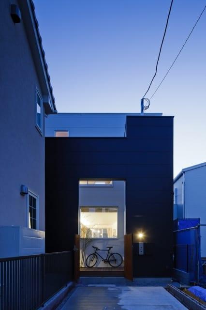 建物エントランス側の外観。玄関は1階(親世帯)と2階(子世帯)それぞれにあるが、街から見える玄関は黒い壁の一か所のみ。一世帯の一軒家のような佇まいだ。