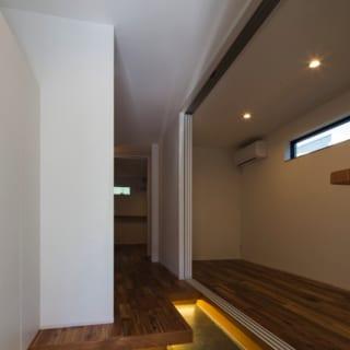 2階、3階へと続く吹き抜け階段。3階には窓が多いため、風通しも良いのが特徴だ