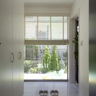玄関の目の前には大きな窓。打ち合わせで訪れた以前のアパートは玄関が狭かったため、玄関は明るく広く感じられるようにしてあげたいと考えたそう。