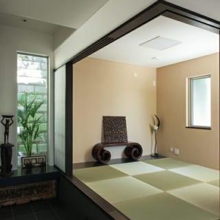 玄関の近くに設けた独立和室。日常生活に変化をつける空間でありながら、来客時にも重宝する。鴨居上部の乳白色部分は、和紙のような風合いを持つ特殊な素材を使用。耐久性と風情を両立させている。