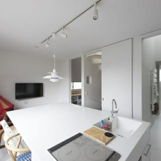 キッチンエリアから浴室洗面・スペースまで、ドアを開けるとワンルームのようにつながる。