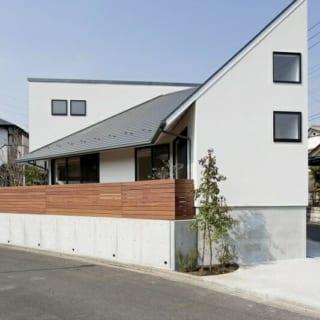 外観~東/三角地の鋭角の頂点にあたり、3つの屋根の中で勾配は一番急。内部は吹き抜けの小上がりスペースで、外からの目線が通らないよう高い位置に窓を設けている