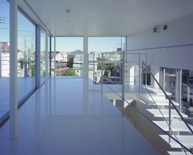 床にコンセントを収納し、スッキリとした印象のインナーテラス。大きな窓を開放すると、外の屋外テラスと一体型になりフラットになる。3階からは都心の景色を眺めることができ、ホームパーティー等にも活躍する。