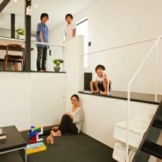 リビングは3.4mの高い天井が縦の広がりを強調し、4.5畳ながら狭さを感じさせない。白い壁面に梁や柱でコントラストをきかせ、メリハリある空間に