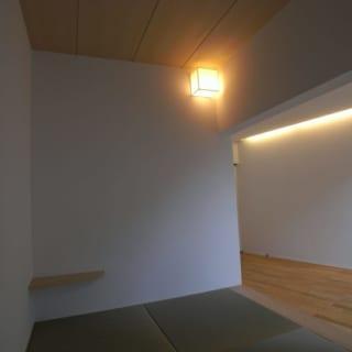タタミスペース/子どもをちょっと寝かせておくときなどにも便利なタタミスペース。畳下には収納、壁面には壁掛けテレビ用の配線穴とAV機器収納を完備。高さ40㎝と座れる高さなのでイス代わりにも使える