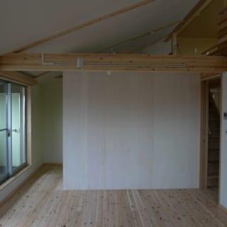 向かいの壁はキッチンの背面。右手のLDKの入り口にも扉はない。