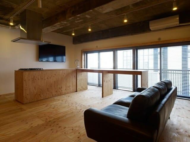 ソファ/家のテイストに合う家具を…ということで、吉田さんとSさんが一緒に買いに行ったという黒いソファ。シンプルな空間を引き締める存在となっている
