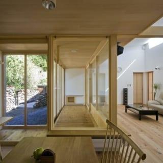 【写真】リビングと庭の間に設けた縁側。右側はガラス窓と網戸、左側は網戸と雨戸のみ。室内、屋外どちらとしても使える中間領域的な空間は、子どもたちの格好の遊び場にもなっている