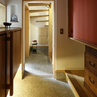 1階親世帯の内玄関。愛着のある桐たんすの一部をアレンジして使用し、長年暮らした住まいの面影を継承してい