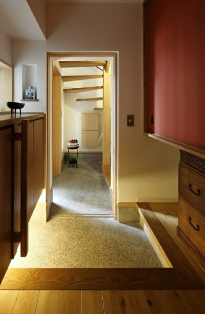 1階親世帯の内玄関。愛着のある桐たんすの一部をアレンジして使用し、長年暮らした住まいの面影を継承している