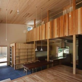 明るく開放的な吹抜けが印象的な1階スペース。壁に漆喰、天井にスギ板なと豊かな表情を持つ素材をバランスよく配し、シンプルでありながら印象的な内装に仕上げている。