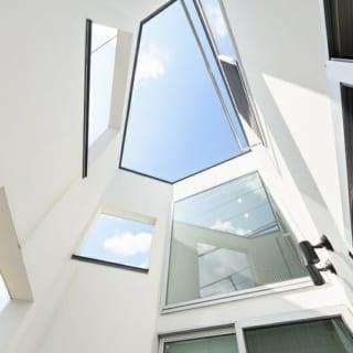 K邸の坪庭から上空を見る。小さな空間だが、道路と家を隔てながら各居室に光と風を送り込む重要な存在である