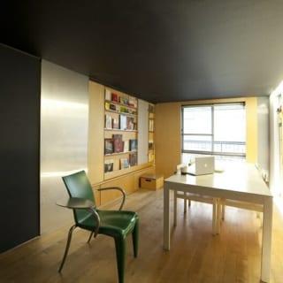 動家具で、小上がりとリビングを完全に仕切った状態。左手の銀色の仕切り壁の向こう側が、小さな書斎空間となる
