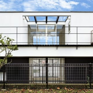 外観北 公園側/裏手の公園から見た桜本邸。建物中央を大胆に開口した造りが印象的。2階の居間にいると花見テラスに広がる青空を間近に感じ 、空の真下でくつろいでいるような開放感を味わえる