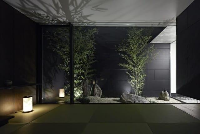 【写真】和室側から見た和の庭。玄関からみると奥行きが感じられ、和室から見ると広がりが感じられるように竹が配置されている