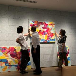 【テクマトリックス社】レンタルアートは、アーティストに実際にロビーを見てもらい、描き下ろしてもらった。