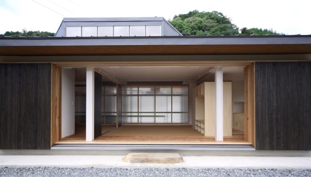 【写真】庭から見た座敷。屋根の上に見えている小窓は暗くなりがちな北側の土間に光を落とすためにとりつけた
