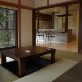 キッチンに隣接する南側の和室は、家族みんなでゆっくりと食事とる夕飯時などに使用。キッチンで家事をしながら家族と会話もできる。