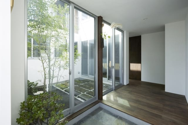 玄関を入ると、すぐ左手に中庭がある。住まい全体で、外と内が連続する設計となっており、どこにいても開放感を味わえる