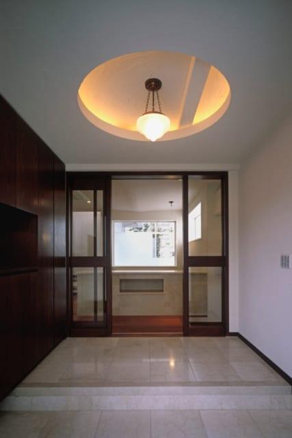 玄関ホール/すっきりとシンプルなデザインの玄関ホール。高い天井と大理石の床が高級感を醸す